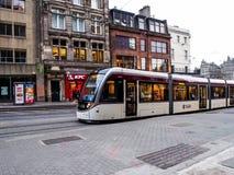 在爱丁堡老镇为服务的现代电车 免版税库存图片