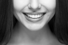 有效的美丽的新健身女孩女孩愉快的查出的人人员俏丽的微笑微笑的青少年的少年妇女的妇女 漂白的牙 牙齿保护 库存照片