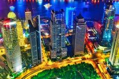 夜视图摩天大楼,市大厦浦东,上海,中国 免版税库存照片