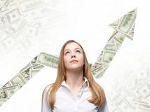 Μια επιχειρησιακή γυναίκα φαίνεται επάνω και σκέφτεται πώς να αυξήσει την επιστροφή της επιχειρησιακής διαδικασίας Στοκ φωτογραφία με δικαίωμα ελεύθερης χρήσης