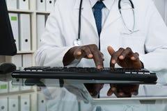 Κινηματογράφηση σε πρώτο πλάνο της δακτυλογράφησης γιατρών στο πληκτρολόγιο Στοκ εικόνες με δικαίωμα ελεύθερης χρήσης
