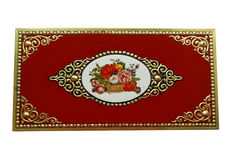 有花和金黄装饰品的葡萄酒红色箱子,隔绝在白色背景 库存照片