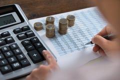 Персона анализируя финансовый отчет Стоковая Фотография