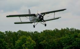 双翼飞机方法 库存照片