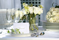 λευκό επιτραπέζιου γάμου θέσεων καρτών Στοκ φωτογραφία με δικαίωμα ελεύθερης χρήσης
