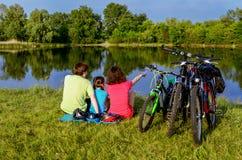 家庭自行车乘驾户外,活跃父母和孩子循环 免版税库存照片
