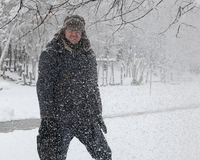 Ευτυχές άτομο στο χιονώδες πάρκο Στοκ εικόνες με δικαίωμα ελεύθερης χρήσης