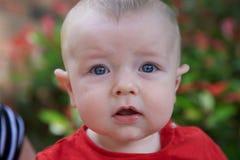 摆在庭院里的年轻婴孩 库存图片