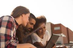 有膝上型计算机的学生在校园里 免版税库存照片