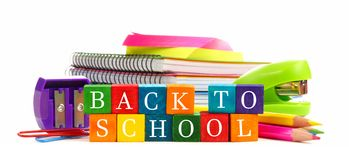 回到与学校用品的学校木玩具块 库存照片