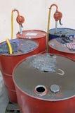 脏的油桶 免版税库存照片