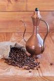 亚麻制袋子用咖啡豆、匙子和东方人 免版税库存照片