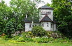 Πέτρινοι σπίτι και κήπος προσευχής Στοκ Φωτογραφίες