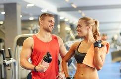 Усмехаясь человек и женщина говоря в спортзале Стоковые Фото