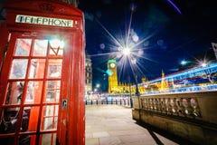 红色电话亭和大本钟在晚上 图库摄影