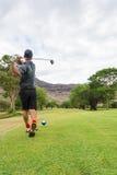 高尔夫球运动员发球区域从发球区域箱子到航路 免版税库存图片