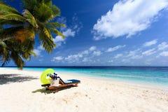 在完善的热带沙子海滩的海滩睡椅 图库摄影