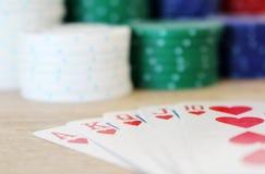 有皇家同花顺的赢取的纸牌游戏手 库存照片