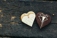 Μπισκότα που διακοσμούνται με το γάμο στο ξύλινο υπόβαθρο Στοκ εικόνα με δικαίωμα ελεύθερης χρήσης