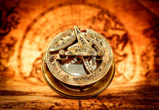 葡萄酒指南针在一张古老世界地图说谎 免版税库存照片