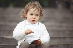 使用与手机的小女孩 库存照片