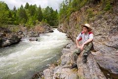 ποταμός βουνών οδοιπόρων Στοκ εικόνες με δικαίωμα ελεύθερης χρήσης
