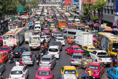 Движение двигает медленно вдоль занятой дороги в Бангкоке, Таиланде Стоковое Изображение