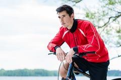登山车休息的体育人 库存图片