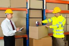 有把箱子录音的剪贴板和工作者的经理 免版税库存照片