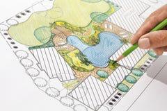 园艺师设计别墅的后院计划 免版税库存图片