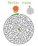 Διανυσματικός λαβύρινθος, λαβύρινθος με την πετώντας μέλισσα και λουλούδι Στοκ Εικόνα