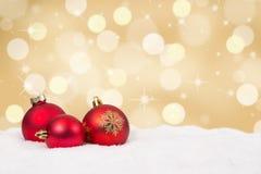 红色圣诞节球金黄背景装饰 免版税库存照片