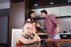 父母争论在厨房里,一小女孩哭泣 库存照片