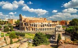 全景罗马斗兽场(大剧场)在罗马 免版税图库摄影