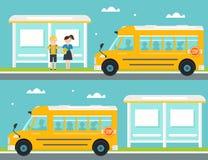 在公共汽车站的男小学生和女小学生等待的校车 离开公共汽车站的校车 免版税库存照片