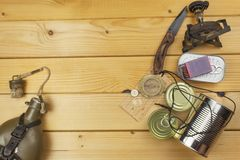 Подготавливать для располагаться лагерем лета Вещи нужные для былинного приключения Продажи располагаясь лагерем оборудования Стоковая Фотография RF