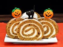 南瓜在万圣夜装饰的卷蛋糕 免版税图库摄影