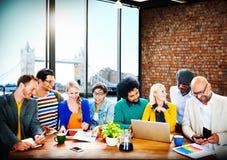 公务便装人办公室运作的讨论队概念 免版税库存图片