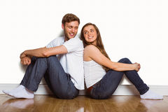 年轻夫妇坐地板 免版税库存图片