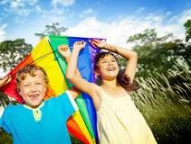 兄弟演奏风筝公园概念的姐妹兄弟姐妹 免版税库存图片