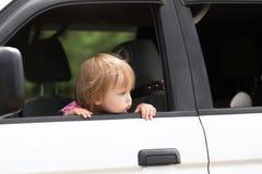 婴孩左单独在汽车 等待的父母 库存图片