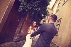 Νεόνυμφος και νύφη που έχουν τη διασκέδαση στην πόλη Στοκ Εικόνες