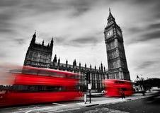 伦敦,英国 红色公共汽车和大本钟,威斯敏斯特宫 黑色白色 免版税库存图片