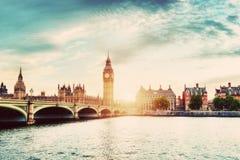 大本钟,在泰晤士河的威斯敏斯特桥梁在伦敦,英国 葡萄酒 库存照片