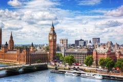 大本钟,在泰晤士河的威斯敏斯特桥梁在伦敦,英国 晴朗的日 图库摄影