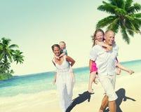 家庭海滩享受假日夏天概念 库存照片