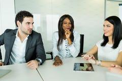 企业谈话,当坐在桌上和分析结果时 图库摄影