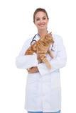 拿着橙色猫的狩医 免版税库存照片