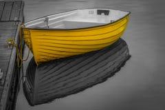在黑白背景当代艺术的黄色小船 库存图片