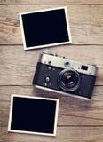 葡萄酒影片照相机和两个空白的照片框架 库存图片